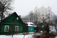 hus Caraite och St Mary Church Royaltyfri Foto