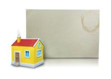 hus 3D med arket för tomt papper Arkivfoto