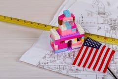 Hus, design, arkitektonisk ritning och instrument för en teckning på worktablen arkivfoto