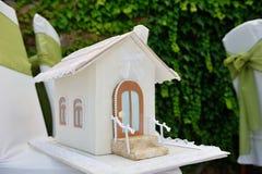 Hus för bröllopgåvaask för pengar Arkivfoto