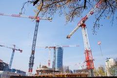 Hus för byggande för konstruktionskranar i en storstad natt Warszawatornspira Warszawa Stad poland arkivfoton