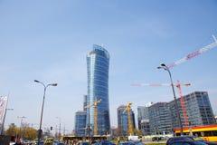 Hus för byggande för konstruktionskranar i en storstad natt Warszawatornspira Warszawa Stad poland royaltyfri bild