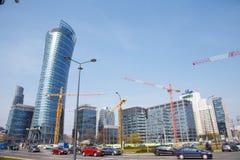 Hus för byggande för konstruktionskranar i en storstad natt Warszawatornspira Warszawa Stad poland Arkivfoto