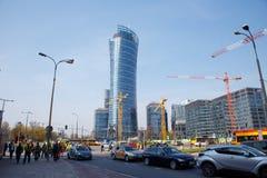 Hus för byggande för konstruktionskranar i en storstad natt Warszawatornspira Warszawa Stad poland royaltyfri foto