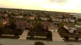Hus för flyg- sikt i bostads- förorts- grannskap med trädgårdlandskap och tak stock video