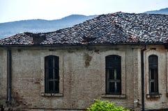 Hus för gammalt land i regnigt väder fotografering för bildbyråer