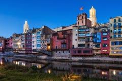 Hus för Girona stadsflodstrand på skymning Royaltyfria Foton