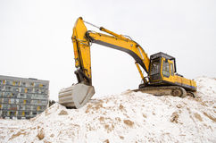 Hus för lägenhet för vinter för snö för grävskopasandgrop Royaltyfri Fotografi
