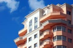 hus för lägenhetblockdröm Arkivfoto