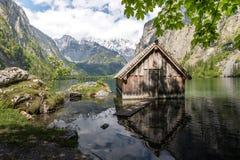 Hus för litet fartyg i en idyllisk bergsjö Royaltyfri Foto