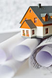 Hus för ny modell på arkitekturritningplan på tableatskrivbordet Fotografering för Bildbyråer
