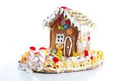 Hus för pepparkakagodissocker Felik svanscandyhouse som täckas med det hemlagade pepparkakahuset för snö och för färgrika godisar fotografering för bildbyråer
