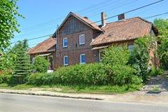 Hus för röd tegelsten av pre-krig konstruktion Bosättningbärnsten, Kaliningrad region Royaltyfria Foton