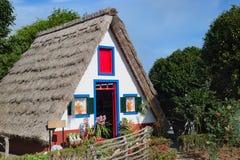 Hus för Santana madeirachallet arkivbild