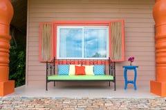 Hus för semester för Retro bänkyttersida litet, färgrik garnering Royaltyfri Fotografi