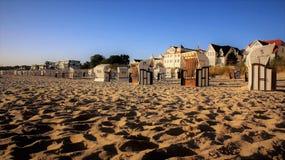 Hus för solljus och för ferie för sand för strandstol guld- royaltyfri foto