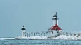 Hus för St som Joeseph Michigan North Pier Light täckas i is Arkivbilder