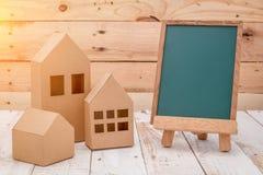 Hus format papperssnitt över trätabellen Arkivfoto