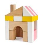 Hus från leksakbyggnadskvarter som isoleras på vit Royaltyfri Fotografi