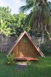 hus gjorde trä Bungalow med ett tak som göras av palmblad mot bakgrunden av ett staket av bambu och palmträd fotografering för bildbyråer