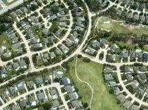 Hus hem, grannskap, flyg- sikt arkivbild