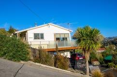 Hus i Baldwin Street som lokaliseras i Dunedin, Nya Zeeland royaltyfri fotografi