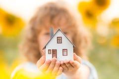Hus i barns händer royaltyfri foto
