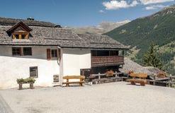 Hus i berg Arkivfoton