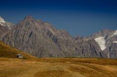 Hus i bergen ÖvreSvaneti den huvudsakliga Kavkaz kanten Ge Fotografering för Bildbyråer