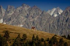 Hus i bergen ÖvreSvaneti den huvudsakliga Kavkaz kanten Ge Royaltyfria Bilder