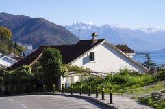 Hus i bergen Arkivfoto
