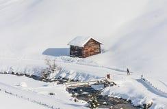 Hus i bergen Skidar semesterorten Livigno Arkivfoton