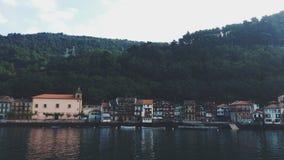 Hus i berget med floden royaltyfria bilder