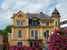 Hus i blommor Arkivfoton