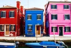 Hus i Burano den italienska byn, Venedig loppbegrepp som är horisontal Royaltyfria Bilder