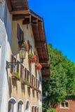 Hus i de alpina bergen, Bayern, Tyskland Royaltyfria Bilder
