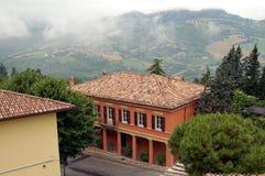 Hus i de italienska kullarna arkivbild