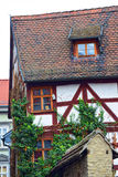 Hus i den gamla staden med det röda taket Arkivfoton