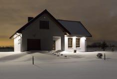 Hus i den snöig dagen Royaltyfri Bild