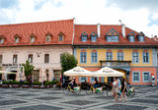 Hus i den storslagna fyrkanten av Sibiu Rumänien Royaltyfri Fotografi