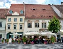 Hus i den storslagna fyrkanten av Sibiu Rumänien Arkivfoto