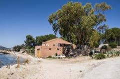 Hus i den Tavolara ön; denna ö är en av mest viktiga öar av Sardinia Italien Arkivfoton