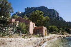 Hus i den Tavolara ön; denna ö är en av mest viktiga öar av Sardinia Italien Fotografering för Bildbyråer