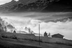 Hus i dimman - Schweiz arkivbild