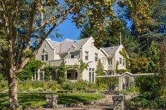 Hus i en bostads- grannskap i Oakland, San Francisco Bay på en solig dag, Kalifornien arkivbilder