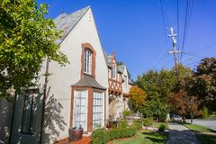 Hus i en bostads- grannskap i Oakland, San Francisco Bay på en solig dag, Kalifornien arkivfoto