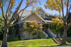 Hus i en bostads- grannskap i San Francisco Bay på en solig dag, Kalifornien royaltyfri bild