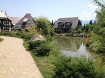 Hus i en etnisk by i Bosnien och Hercegovina royaltyfria bilder