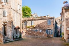 Hus i en gata av Urbino Royaltyfria Bilder