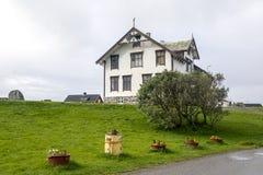 Hus i en by i nordliga Norge Arkivbild